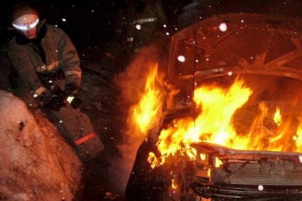 В Симферополе ночью сгорели три автомобиля