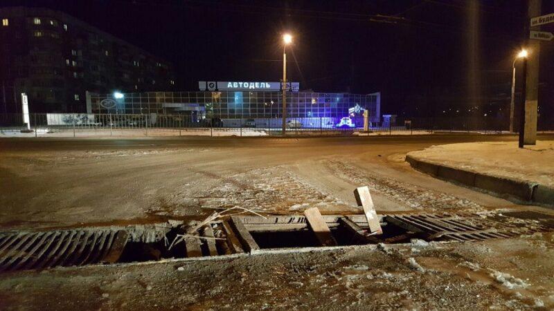 Яма-ловушка в Симферополе уже больше месяца «калечит» автомобили