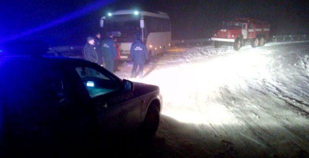 В Крыму из снежного плена спасли рейсовый автобус