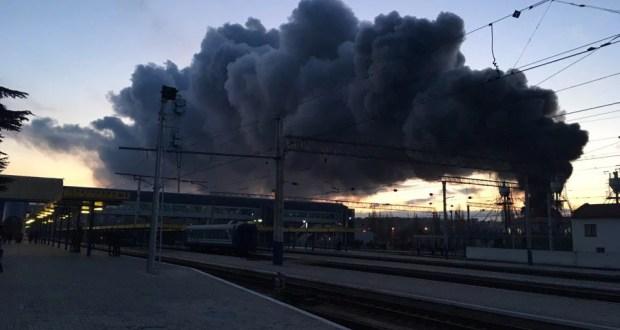 В Симферополе на железнодорожном вокзале - пожар. Горит склад