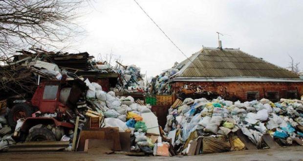 Наследница Плюшкина. Со двора жительницы Насыпного вывезли 12 КАМАЗов мусора