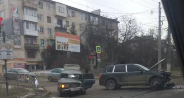 """ДТП в Крыму: 18 и 19 февраля. Porsche, """"избитый"""" ВАЗом, и ни в чём не повинный КАМАЗ, ударивший Mercedes"""