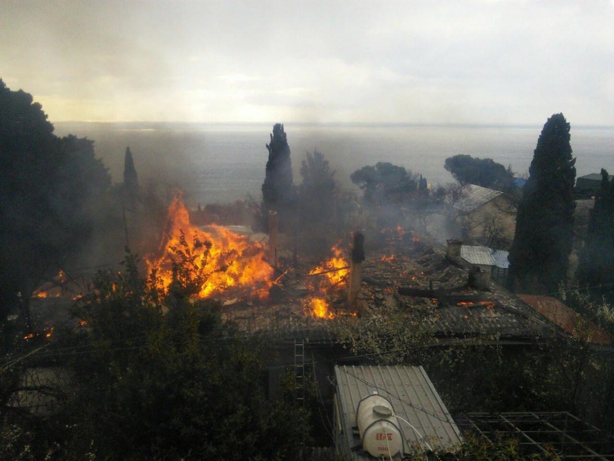 Пожар в Алупке: уничтожен двухэтажный дом. Погорельцы нуждаются в помощи