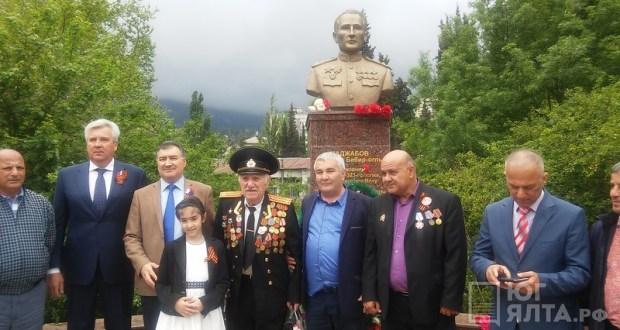В Ялте возложили цветы к памятнику Джалилю Наджабову