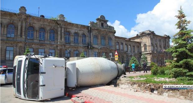 На центральной площади Керчи перевернулась бетономешалека