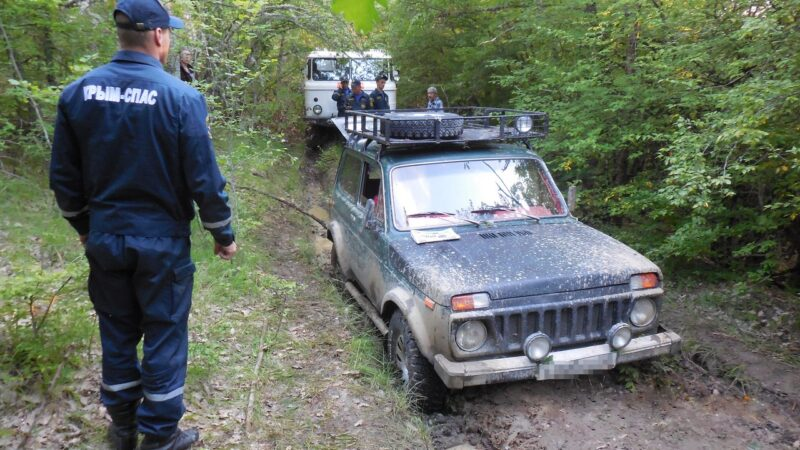Накануне вечером «КРЫМ-СПАС» в районе горы Дорт-Тепе вытаскивал из грязи «Ниву»