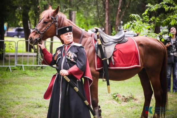 В Крыму детей посвящали в казаки - мальчиков сажали на коней