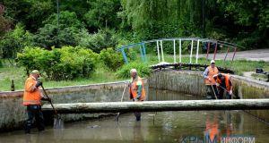 В Симферополе приступили к очистке прудов возле фонтана Савопуло