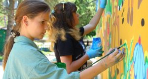 В Детском парке Симферополя обновляют стену с нарисованными крымскими достопримечательностями