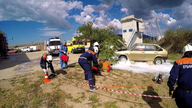 Спасатели МЧС ликвидировали последствия ДТП в Судаке... пены было много