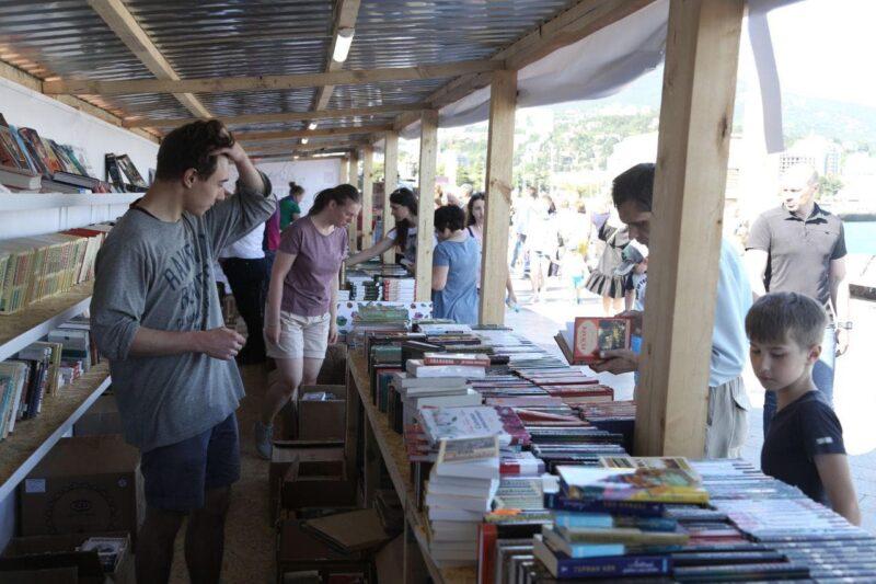 «Книжная аллея» открылась наялтинской набережной