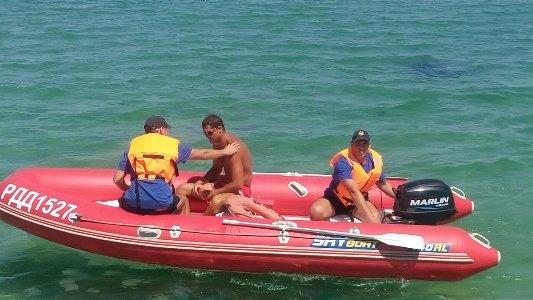 В Черном море спасли отдыхающих на пляжном катамаране