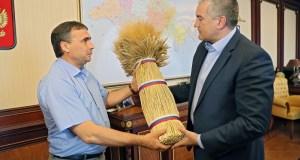 Сергею Аксёнову от крымских аграриев вручили символы урожая: сноп из колосьев и каравай