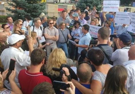 """Ленура Усманова - организатора """"земельного"""" митинга в Севастополе - оштрафовали"""