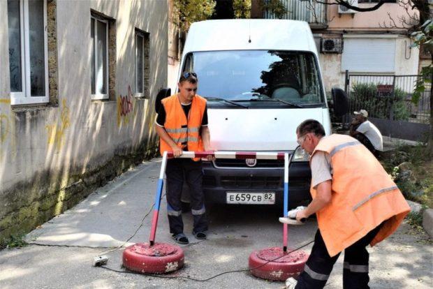 В Симферополе коммунальщики заняты демонтажем стопперов и не только...