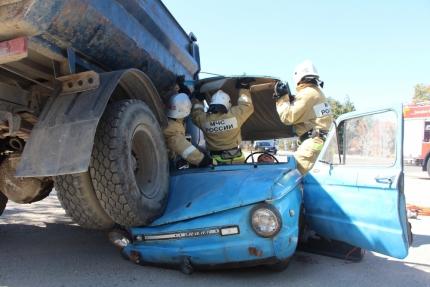 В Крыму ЗИЛ-130 подмял под себя «Запорожец». Спасатели сработали оперативно