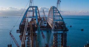 Для истории. Какое судно прошло первым под двумя арками Керченского моста