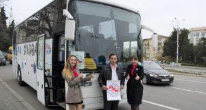 В Севастополе состоялся флешмоб в поддержку детского туризма и... защиту автобусов