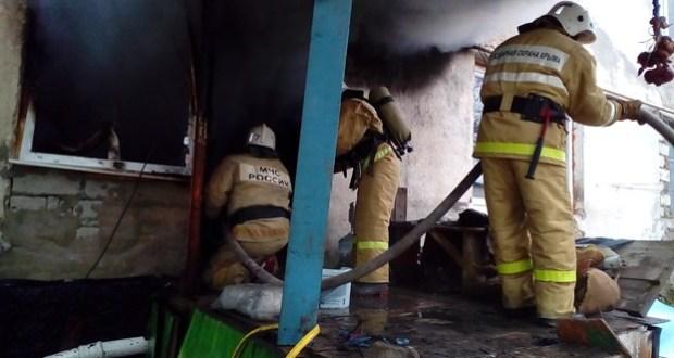 Крымские огнеборцы потушили пожар в селе Холмовка. Эвакуированы 30 человек
