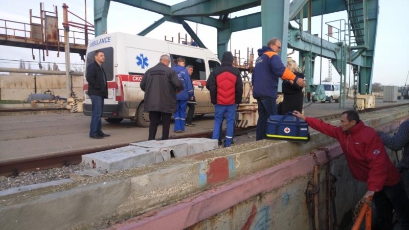 Работники МЧС Крыма передали капитана корабля под флагом Палау медиками для госпитализации