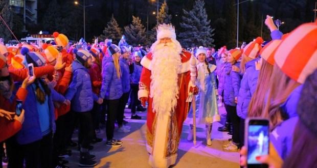 """Дед Мороз из Великого Устюга зажёг огни на новогодней ёлке в """"Артеке"""""""
