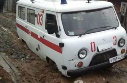 «КРЫМ-СПАС» вытащил из «ловушки» машину «Скорой помощи»