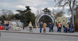 В Евпатории установили новогоднюю арку