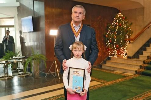 Сергей Аксёнов наградил победителей конкурса детского творчества «Красота Божьего мира»