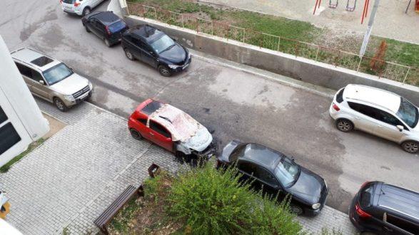 В Симферополе, во дворе многоэтажки ночью сгорел автомобиль. Поджог?