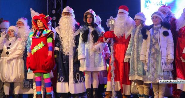 В Керчи прошел первый в истории города парад Дедов Морозов и Снегурочек