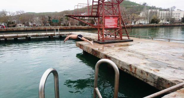 """Керченские """"моржи"""" открыли год купанием в морской воде"""