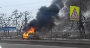 """Под Симферополем сгорел BMW. Помощников тушить авто не нашлось, но все снимали """"на память"""""""