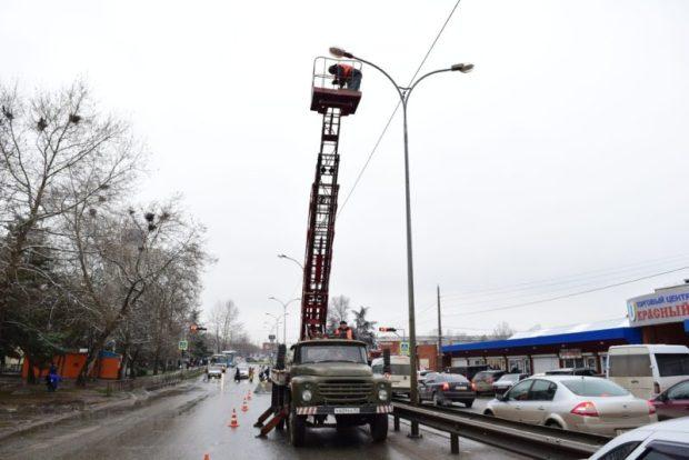В Симферополе на улице Киевской восстанавливают наружное освещение