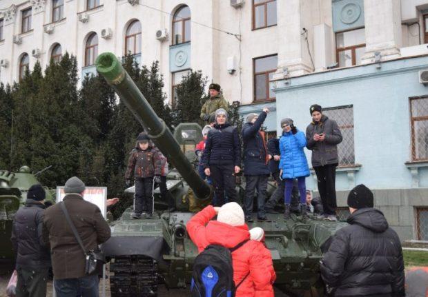 В центре Симферополя прошла выставка под открытым небом военной техники и вооружения