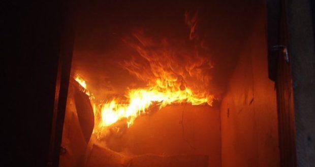 В Керчи в подвале жилого дома по улице Чорноморской бушует пожар