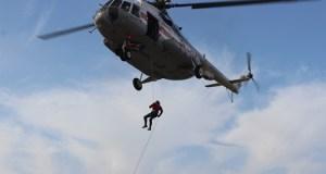 Спасатели «КРЫМ-СПАС» показали беспарашютное десантирование с вертолета МИ-8
