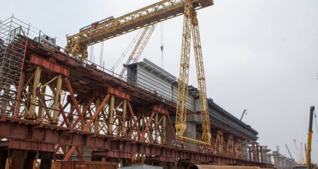 Крымский мост: строители приступили к устройству ж/д пролётов над проливом
