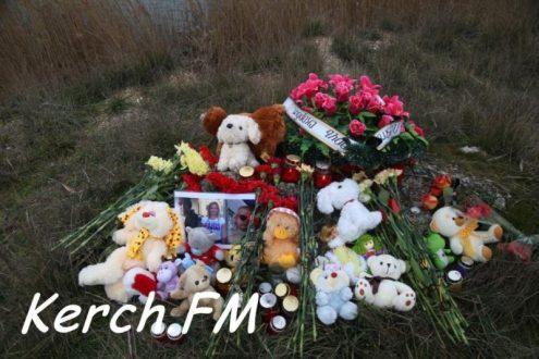 В Керчи горожане почтили память трагически погибшей семьи Ларьковых