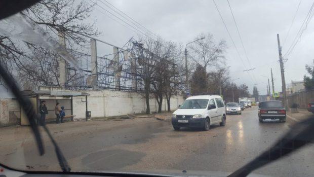 В Севастополе шторм, ветер, дождь. К чему приводят капризы погоды
