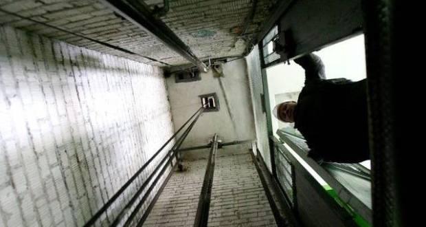 В Симферополе в многоэтажке рухнул лифт. Погибли женщина и маленький ребёнок