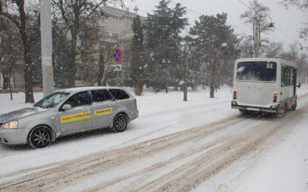 Снегопад в Евпатории. Власти города уверят: в борьбе с непогодой - делают всё возможное