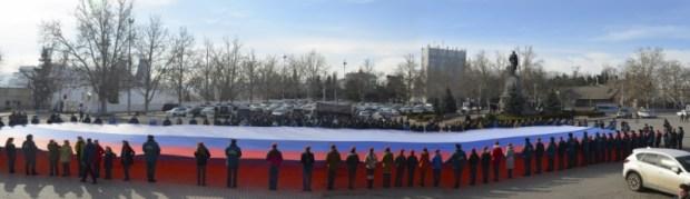 В Севастополе под государственный гимн развернули пятидесятиметровый триколор