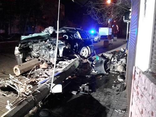 Утреннее ДТП в Феодосии: пострадали три человека. Водителя из искорёженного авто доставали спасатели