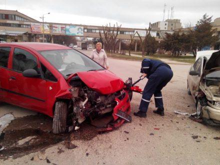 ДТП в Евпатории: столкнулись ВАЗ 2110 и «Mitsubishi». Пассажиров «десятки» вызволяли из авто спасатели