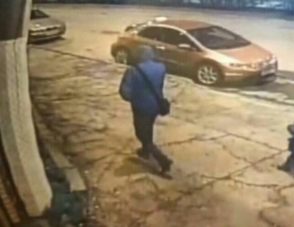 В распоряжении Ялта-24 появились снимки возможного убийцы таксиста. Правда, на фото подозреваемый только виден со спины. Это мужчина в куртке с капюшоном, накинутым на голову, и сумкой через плечо. Как стало известно, клиента водитель такси взял «с бордюра». Предполагается, что произошло это на остановке «Октябрь» по улице Киевской. Видимо, именно поэтому всех, кто на своих автомобилях проезжал мимо этого места с 18:50 до 19:05 часов просят поделиться записями регистраторов. Что потом произошло в машине неизвестно. Но когда клиент доехал до места, он застрелил водителя такси, - рассказал источник в правоохранительных органах.