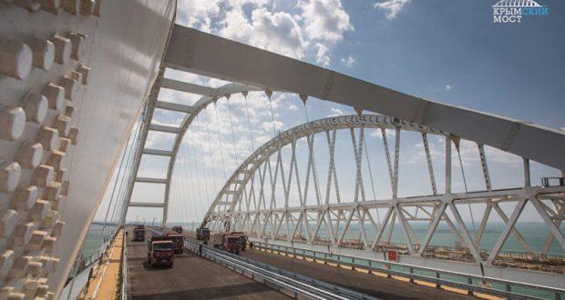Крымский мост испытали на прочность восемь гружёных грузовиков