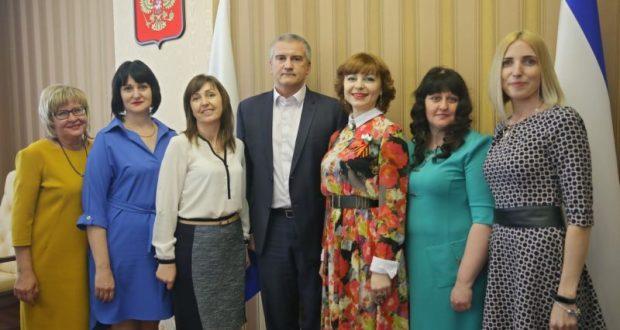 Сергей Аксёнов вручил награды лучшим крымским педагогам