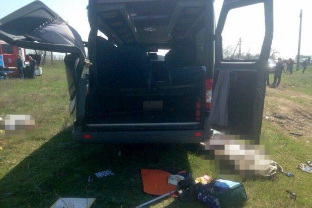 В Крыму электричка раздавила микроавтобус. Погибли пять человек