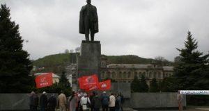 В Керчи отметили День рождения Владимира Ленина. Митинговали...
