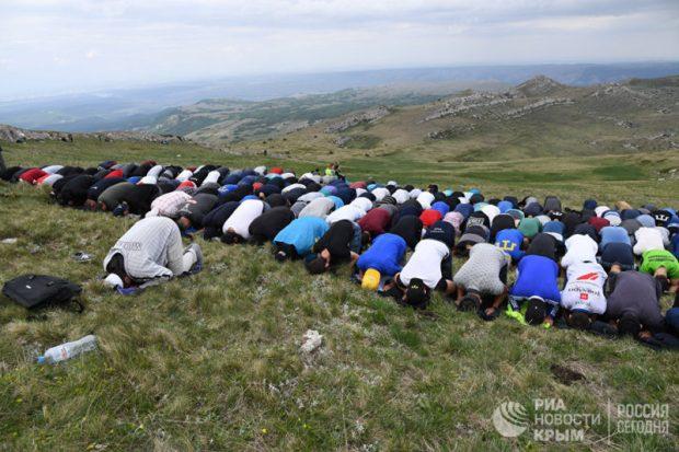Полторы тысячи крымских татар поднялись на Чатыр-Даг в память о депортации